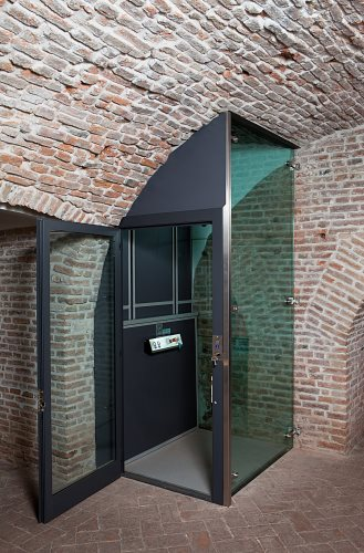 Auch in Gewölbekellern wird der Hausaufzug BLH-Erna...