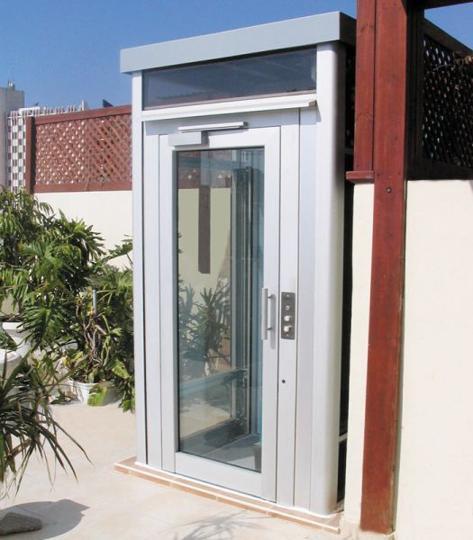Der Hausaufzug BLH-D außen integriert an einem Eigenheim