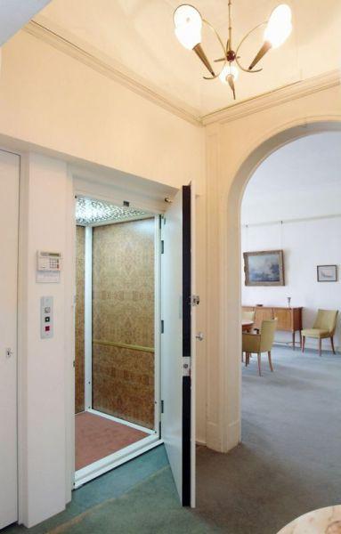 Aufwertung des Innenraums eines Wohnhauses durch den Aufzug BLH-D