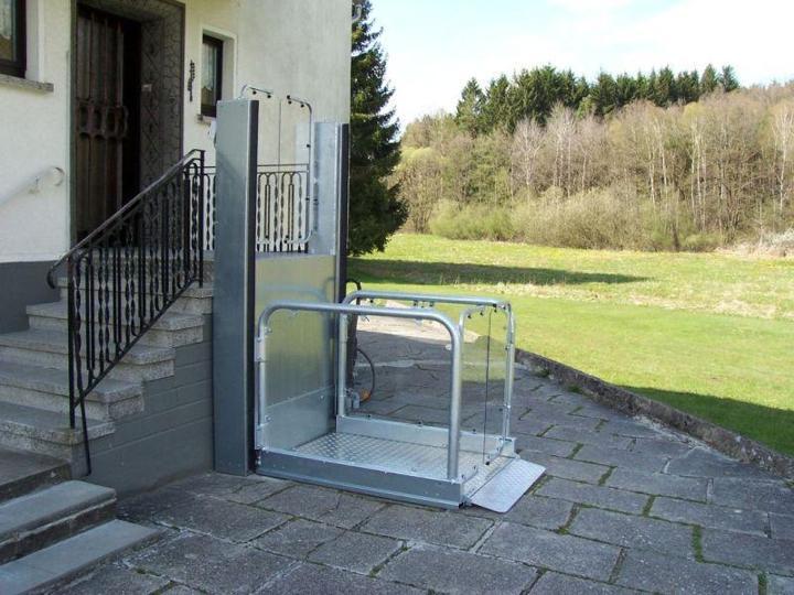Außen angebracht befördert Sie der Rollstuhllift BL-MPR sicher...
