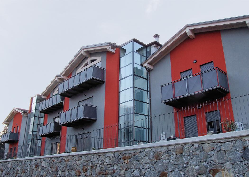 Homelift BLH-D an der Aussenfassade eines Mehrfamilienhauses integriert
