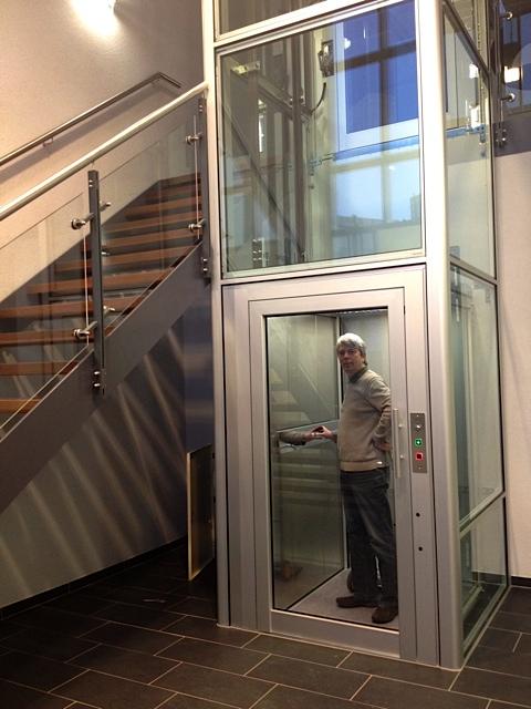 Dieser Fahrstuhl BLH-D von Lift Reith bei Fulda ist die stilvolle Lösung, um ein barrierefreies öffentliches Gebäude zu ermöglichen