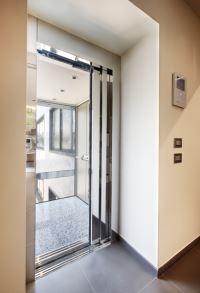 Die automatische Schiebetür für unsere Aufzug - Alternative BLH-D XL wirkt optisch ansprechend und praktisch zugleich