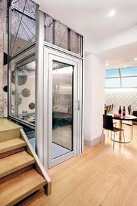 Homelift BLH-D in einem offenem Alu-Glas-Schacht eingebaut in einer Gaststätte