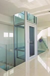 Homelift BLH-D im Alu-Glas-Schacht installiert im Treppenauge eines Einfamilienhauses