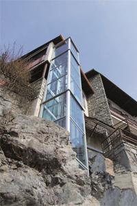 Homelift BLH-D im Stahl-Glas-Schacht als Aussenlift im Aussenbereich