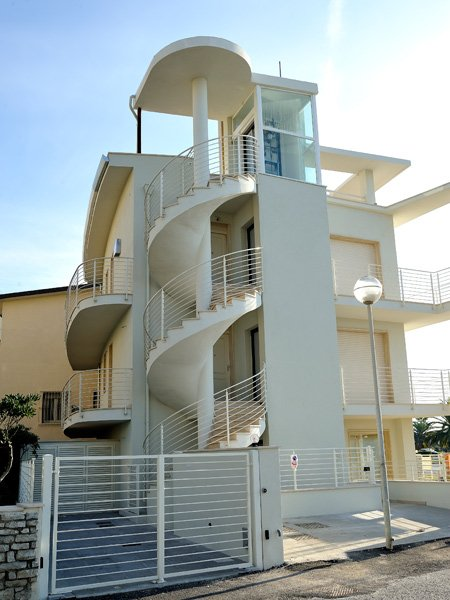 Homelift Frida als Privataufzug an der Aussenfassade einer Villa montiert