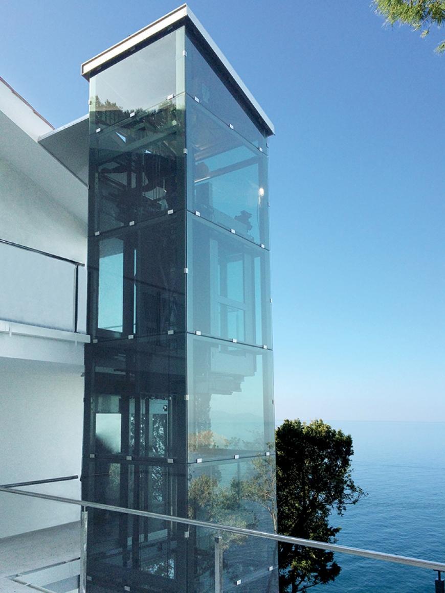 Homelift Lotte als Alternative zum Fahrstuhl aussen als Eingang eines Apartments installiert