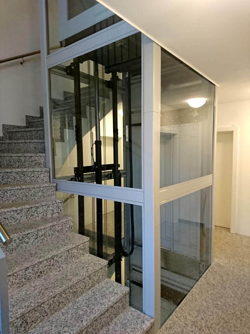 Homelift Lotte als Fahrstuhl im Treppenauge eines Mehrfamilienhauses