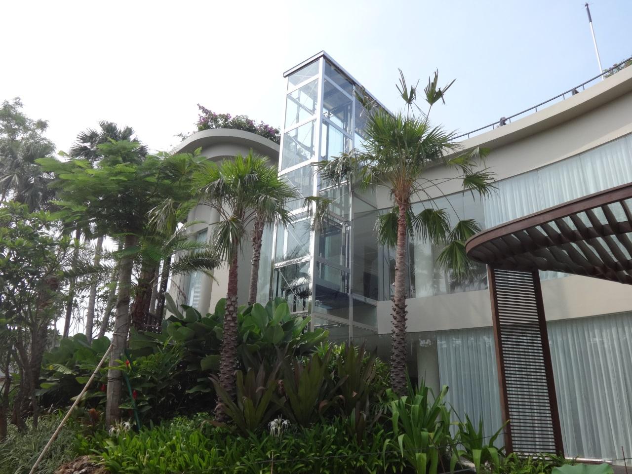 Homelift Lotte als Aufzug an der Gebäudefassade im Stahl-Glas-Schacht