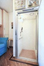 Der Homelift BLH-D S integriert sich diskret wie ein Möbelstück ins Eigenheim