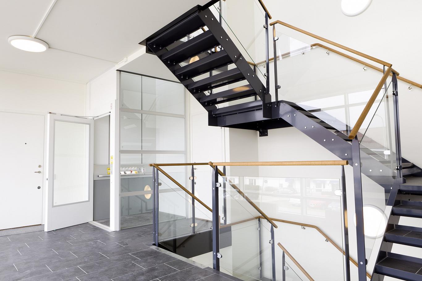 Die Plattformlifte A7000 und A9000 im Stahl-Glas-Schacht in einem Bürogebäude