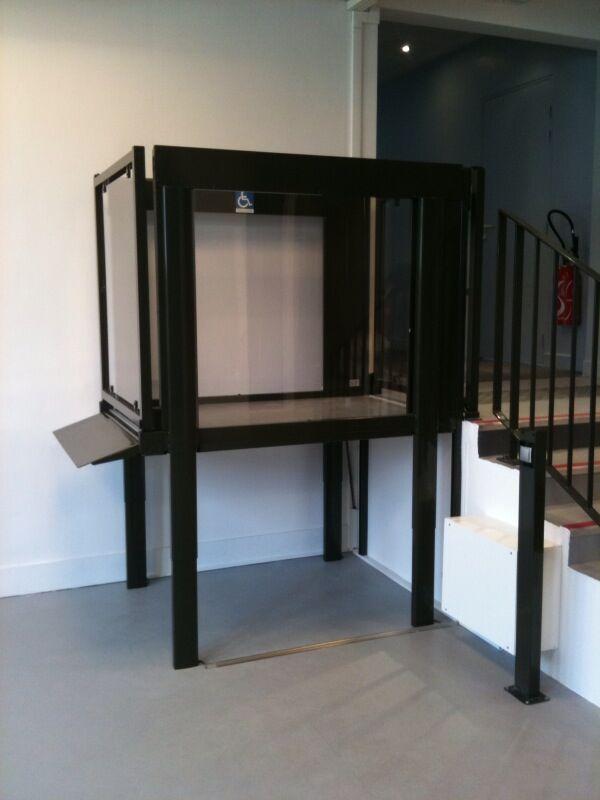 Der Plattformlift EasyLift lässt sich sicher und einfach neben einer Treppe installieren
