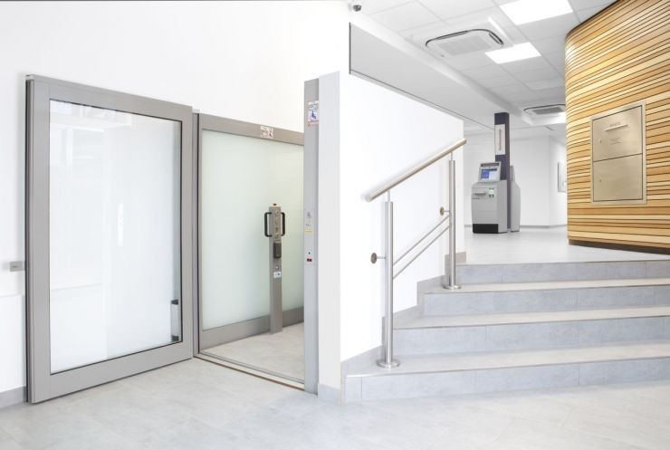 Die Plattform-Hebebühne GBH 50 als barrierefreier Zugang für Rollstuhlfahrer in einem Bürogebäude installiert