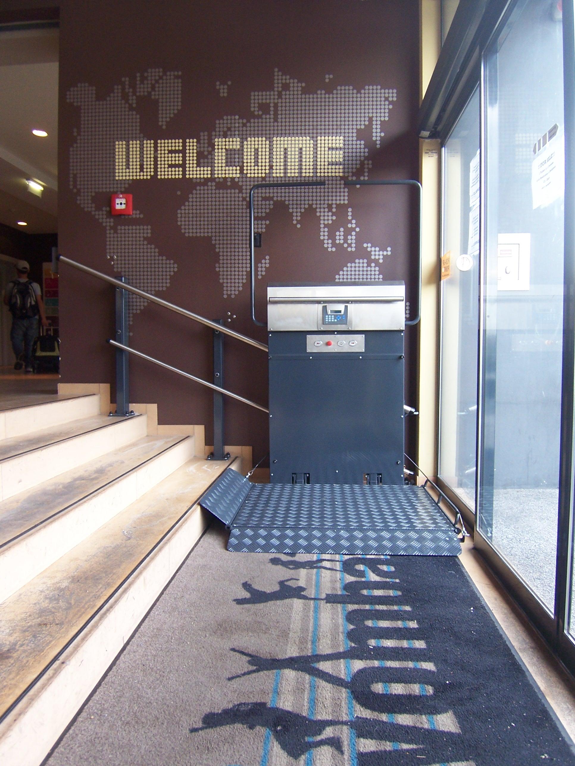 Der Plattformlift GTL 20 bietet sich immer dann an, wenn eine dezente barrierefreie Lösung für die Nutzung durch Rollstuhlfahrer in öffentlichen Gebäuden erforderlich ist