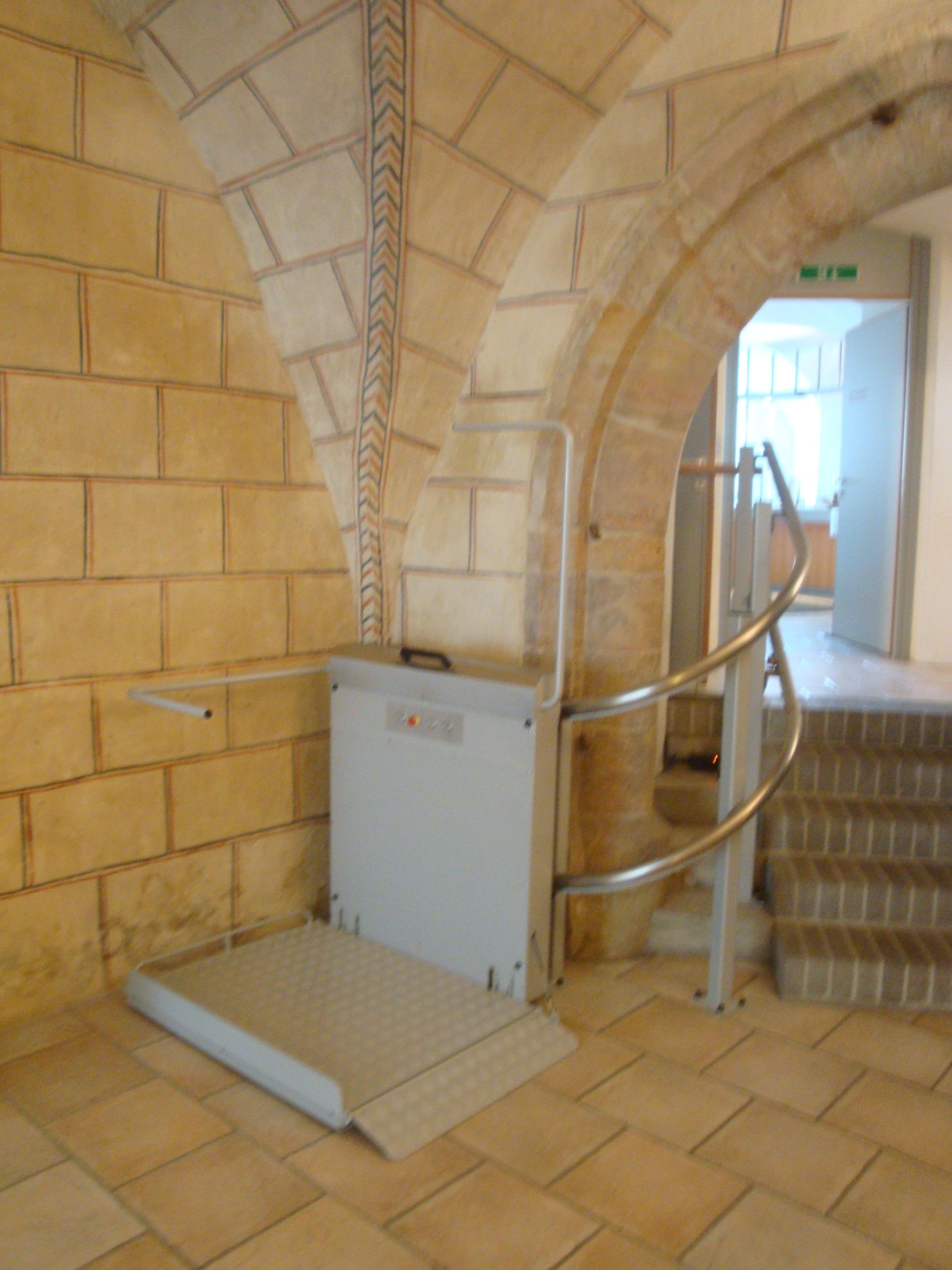 Plattformlift GTL 30 für kurvige Treppen von Lift Reith