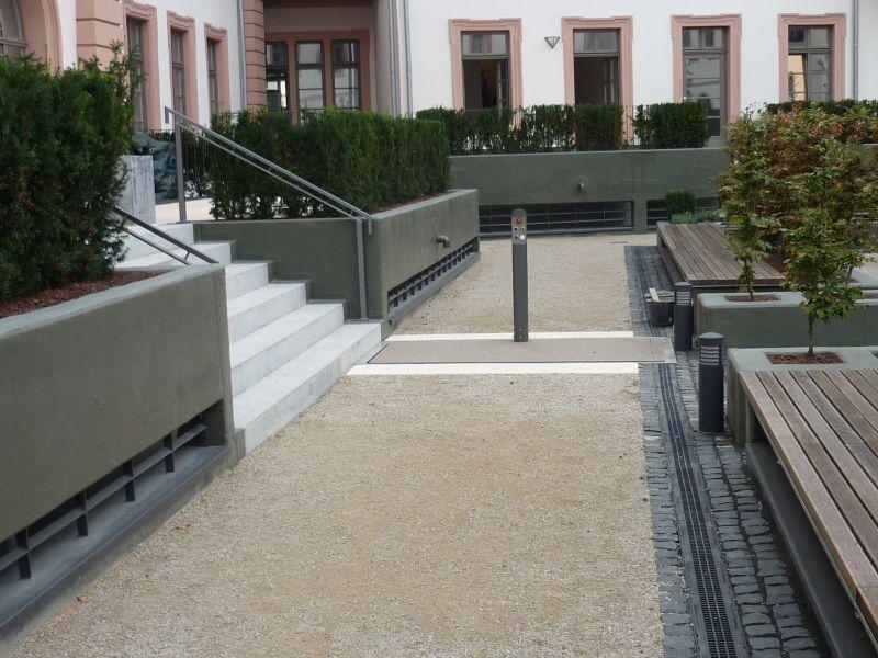 Der nahezu unsichtbare Hydrostar Rollstuhllift eingebaut für ein Rathaus