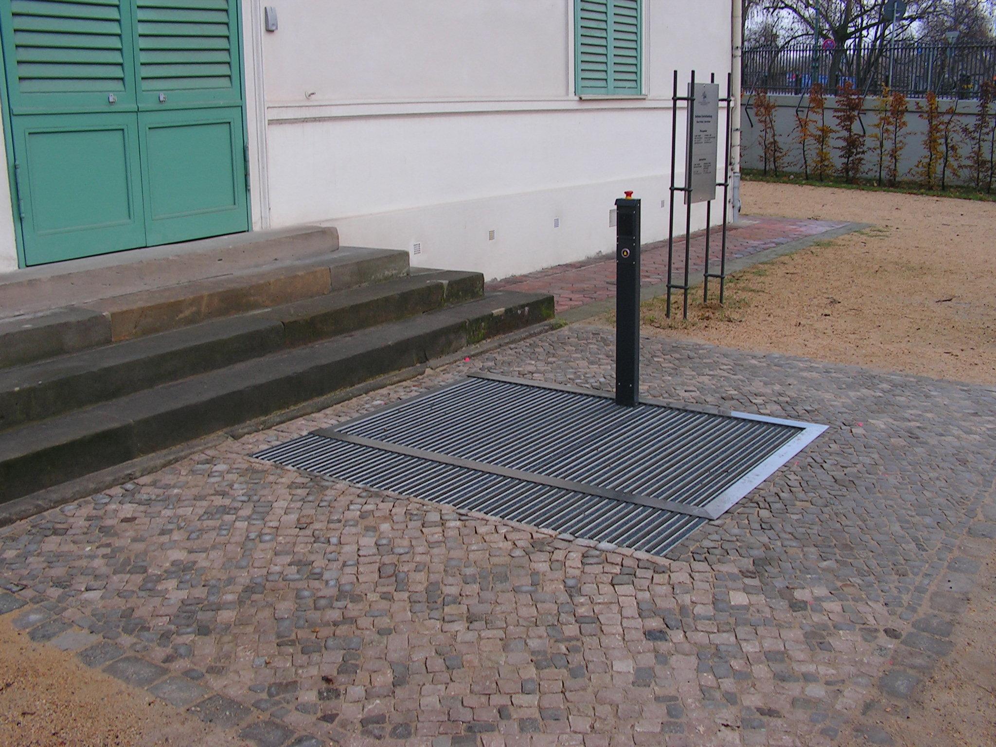 Der Hydrostar installiert im Außenbereich eines Schlosses mit dem Bodenbelag einer Sauberlaufmatte