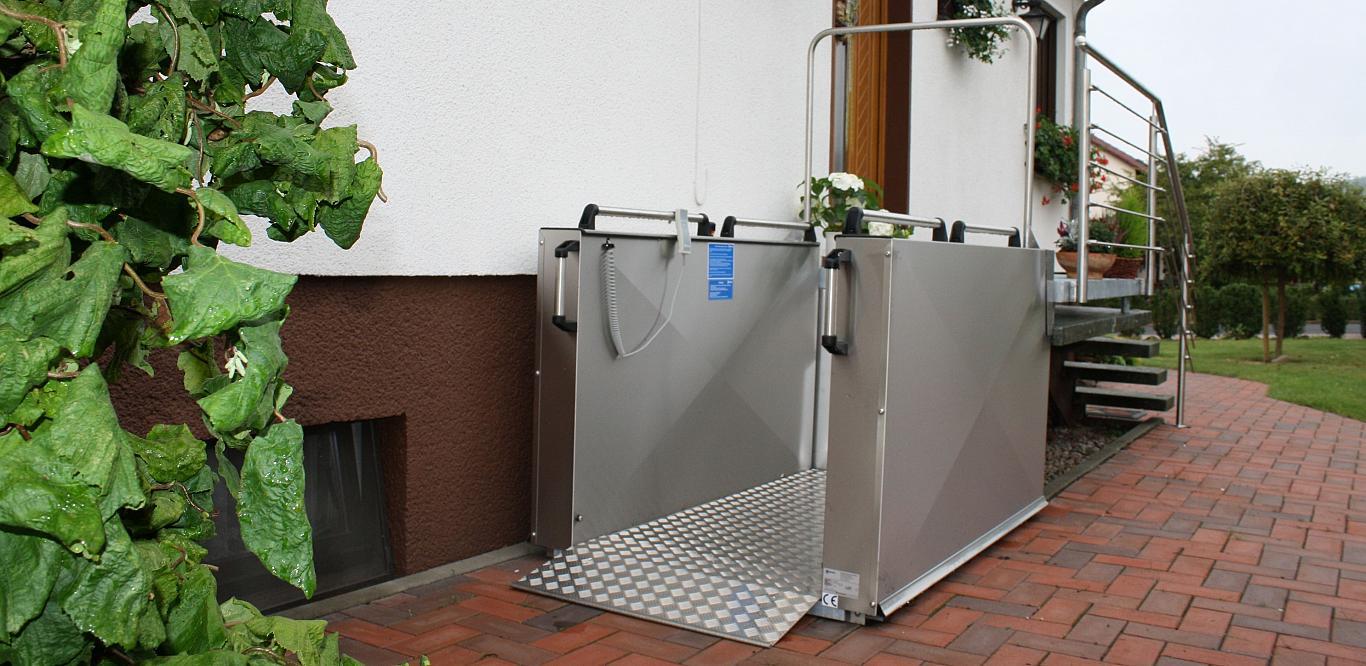 Die Rollstuhlhebebühne MB 1300 ist der ideale Lift für öffentliche Bereiche