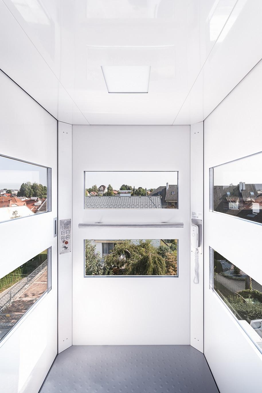 Die eleganten Panoramafenster ermöglichen einen beeindruckenden Blick aus dem Hublift QuattroPorte