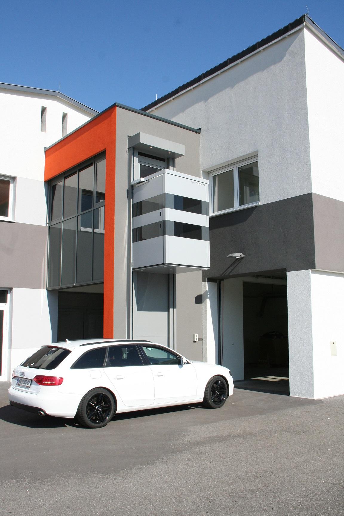 An der Aussenfassade integriert bietet der Homelift QuattroPorte eine platzsparende Alternative zum Aufzug, da er keinen Schacht benötigt
