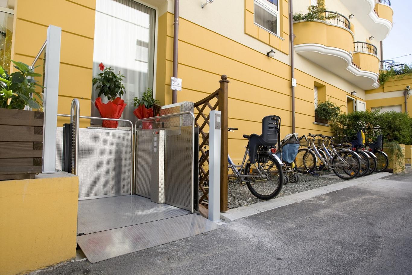 Der Behindertenlift Silver bietet einen barrierefreien Zugang für Rollstuhlfahrer in Gebäude