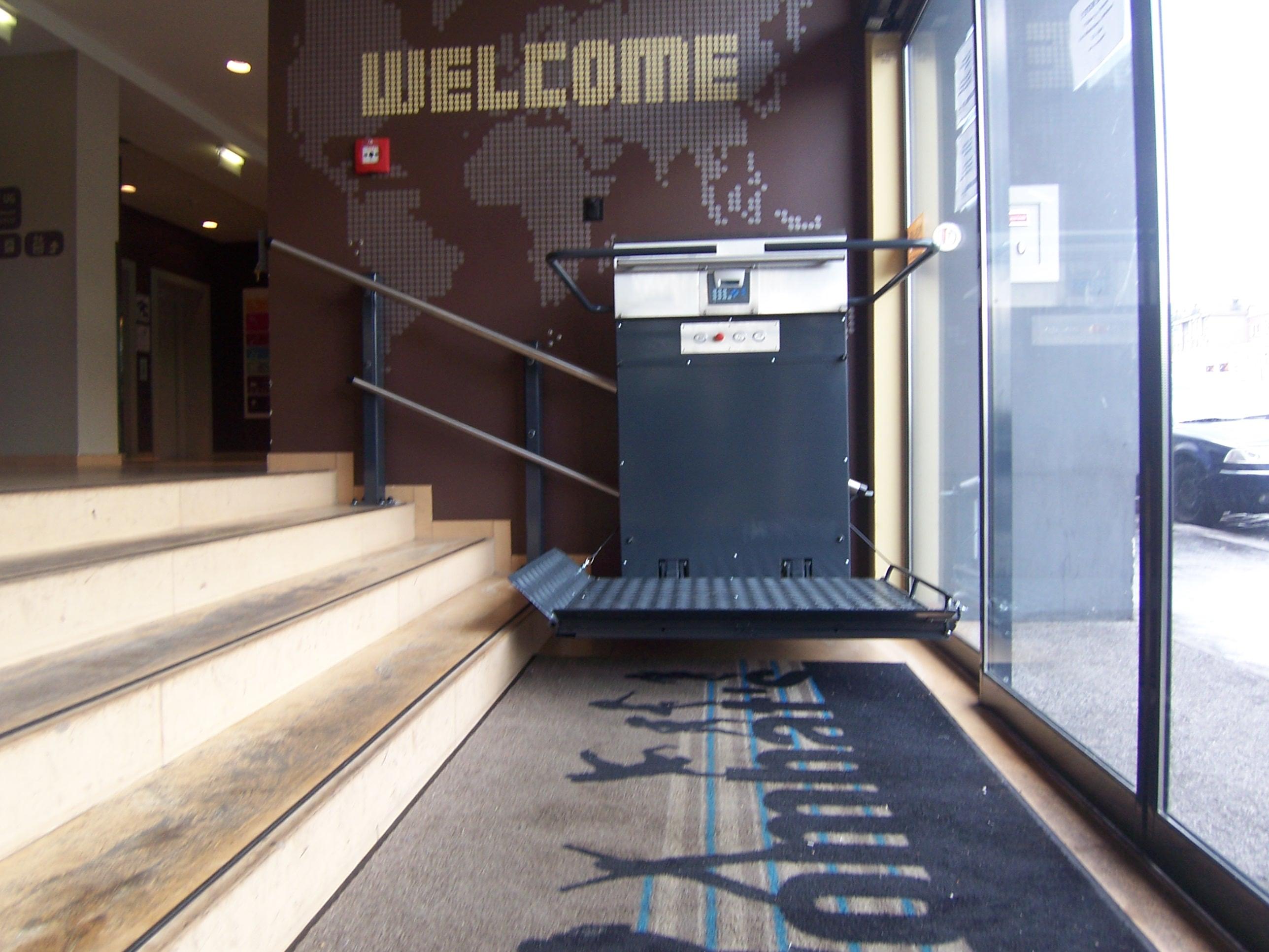 Plattformlifte GTL 20 ideal für die Nutzung in öffentlichen Gebäuden, wie Rathäusern, Restaurants, Gemeindehäusern etc.
